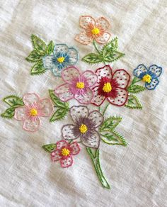 Niuza Eugenia's media content and analytics Diy Embroidery Patterns, Hand Embroidery Videos, Embroidery Flowers Pattern, Embroidery Sampler, Hand Embroidery Stitches, Silk Ribbon Embroidery, Cross Stitch Embroidery, Hawaiian Quilt Patterns, Bordado Floral