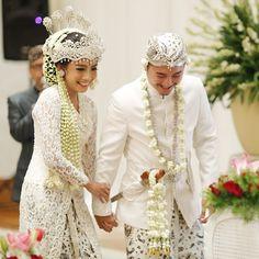 Perpaduan adat Solo dan Sunda pada pernikahan ini sangatlah cantik, apalagi dengan tambahan aksen merah pada dekorasinya. Yuk simak cerita serunya!