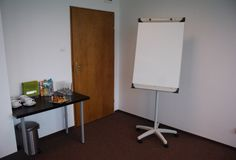 Do dyspozycji prowadzących szkolenie białe tablice, kącik na serwis kawowy oraz projektor multimedialny.