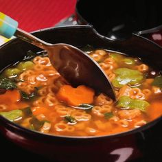 Una sopita de pasta con forma de Mickey con nopales y frijoles es la combinación que no sabías que necesitabas. Bien Tasty, Low Carb Veggies, Mickey Party, Frijoles, Thai Red Curry, Chili, Soup, Cooking Recipes, Ethnic Recipes