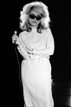 Debbie Harry of Blondie singing during the recording of a pop promo for their single 'Picture This' at Isleworth Studios, Isleworth, London on 21 August 1978 for Chrysalis Records Brian Cooke Blondie Debbie Harry, Debbie Harry Hot, Debbie Harry Style, Chris Stein, Monica Belluci, Estilo Rock, New Wave, Denise Richards, Keith Richards