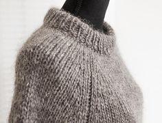 Denne super lækre poncho, inspireret af Gro's poncho fra tv serien Arvingerne, er strikket i Alafoss lopi som findes i mange smukke farver. Alafoss Lopi er en
