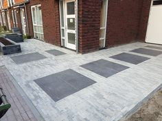 Mooie oprit waaltjes nature mix met 60x60x6 keramische tegels speciaal voor een oprit. Concrete Patios, Driveway Tiles, Dream Garden, Home And Garden, Porch Flooring, Garden Paving, Royal Residence, Floor Design, Backyard
