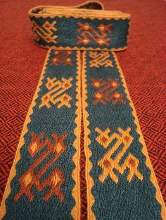 20/2 tussahsilke, 43 brikker. 20/2 Tussah silk, 43 tablets. Inspired by a woven (not tablet woven) fragment in the Oseberg burial.