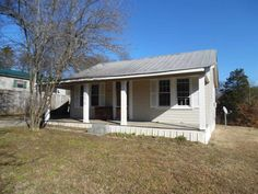 Remodeled 2 bedroom, 2 bath home. Conveniently located inside city limits of Clifton. Near Tennessee River, marina and boat ramp. Large yard for entertaining in Clifton TN