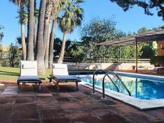 Venta Chalet en Barcelona +34872980381 EXPECTACULAR CASA UNIFAMILIAR AISLADA EN PEDRALBES, ubicada en una de las mejores zonas de la ciudad de Barcelona, con una magnificas vistas de la ciudad y del Mar Mediterráneo. La Vivienda se emplaza en un solar de algo más de 1.000 m2, en la que se ubica una piscina con sus respectivos vestuarios y un magnifico jardín privado con sus plantas y árboles. La edificación consta de principios de 1980, distribuida en 6 dormitorios, 8 baños