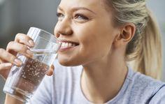 Vettä on tärkeää juoda pitkin päivää, jotta kehon nestetasapaino pysyy kunnossa. Vedenjuonnista aamulla tyhjään vatsaan voi olla terveydelle erityistä etua.