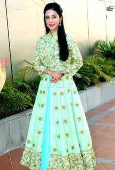Bollywood actress Amrita Rao, best known for her role opposite Shahid Kapoor in Ishq Vishk , was spotted at a public event in Mumbai after a hiatus. Check out pictures from the event. Dress Indian Style, Indian Outfits, Simple Anarkali Suits, Amrita Rao, Ethenic Wear, Bollywood Actress, Bollywood Fashion, Indian Beauty, Indian Fashion