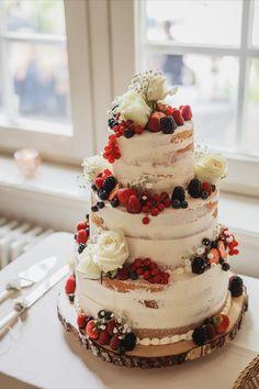 Inspiration echte Hochzeit: Vintage Hochzeitstorte als semi naked cake mit weißen Rosen und roten Beeren #lumoid #hochzeitsreportage #hochzeitstorte #weddingcake #vintage #semi #nakedcake #beeren #rosen #tattoobride #realwedding #westerwald #hochzeitsfotografinhagen #ruhrgebiet #hochzeitsfotografin
