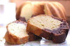 Sehr feiner und saftiger Low Carb Marmor-Guglhupf mit zwei Schichten Teig. Guglhupf ist ein beliebter Rezeptklassiker für Geburtstage und andere festliche Anlässe.