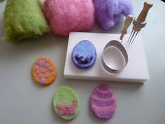 Filzen und so. Carded wool Easter eggs Easy to create, I present you carded wool Easter eggs made Wet Felting, Wool Needle Felting, Needle Felting Tutorials, Needle Felted Animals, Felt Animals, Felt Birds, Felt Brooch, Felt Ball, Felt Toys