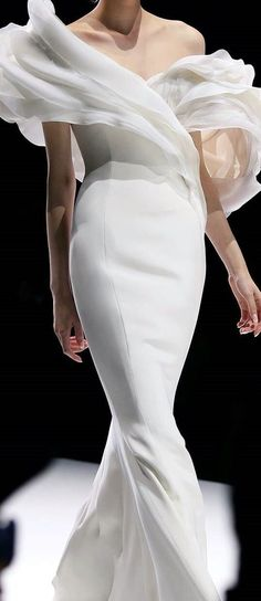 What are features wedding dresses with architectural details? Spring wedding dresses have strict, geometric shape and laconic minimalism in details. Ralph & Russo, White Elegance, Glamour, Black White Fashion, Spring Dresses, Dresses Dresses, Long Dresses, Fashion Dresses, Minimal Fashion