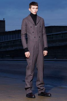 See the complete Yang Li Fall 2016 Menswear collection.