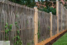 Gärten sind unterschiedlich, Geschmäcker verschieden... Handgefertigten Sichtschutz gibt es aus unterschiedlichen Naturmaterialien (z.B. aus dem Gehölz der Robinie, Weide oder Hasel). Eine Vielzahl von Flechtarten, sowie Zaunabmessungen gibt es bereits als Standard. Spezielle Abmessungen können jederzeit als Sonderanfertigung angefertigt werden.