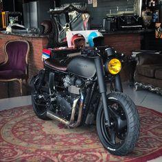 2016 Triumph Thruxton R Shibuya Garage Triumph Moto, Triumph Street Twin, Triumph Cafe Racer, Triumph Bonneville, Retro Motorcycle, Motorcycle Style, Cafe Racer Shop, Cafe Racers, Cb 450