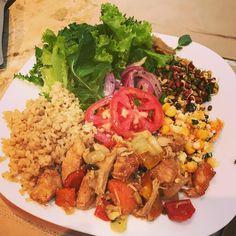 Rango de hoje!  Salada, arroz integral, feijão germinado, e frango com legumes. #rangodocady #comidadeverdade  #saudavelegostoso