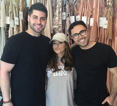 + Becky el día de ayer junto a Ryan Patros y Walter Mendez (diseñador). Probablemente B use un vestido de la colección de Walter éste jueves en los LatinAMAs.