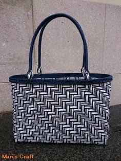 あじろ編みのクラフトバンド(紙製)バッグ Wire Weaving, Basket Weaving, Hand Weaving, Recycled Plastic Bags, Plastic Baskets, Craft Bags, Basket Bag, Crochet Handbags, Denim Bag