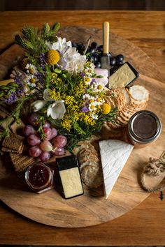 New Cheese Table Wedding Brunch 40 Ideas Antipasto, Cheese Display, Cheese Platters, Party Platters, Food Platters, Rustic Platters, Cheese Table Wedding, Wedding Snacks, Snacks