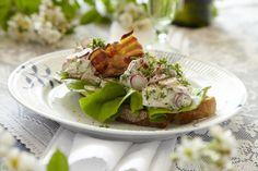Velsmagende hønsesalat på brød der toppes med lidt bacon (Recipe in Danish)