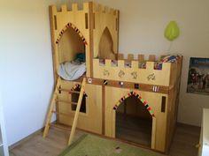 Après le lit cabane de mon fils ainé j'ai du faire un lit pour le 2éme! Voici donc un lit chateau ! Malheureusement Je n'ai pas pris de photos en cours de réalisation. cependant la rèalisation est assez...