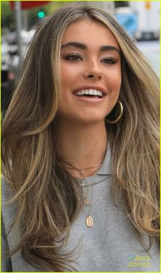 Madison Beer Shows Off Highlighted Hair Out in LA: Photo Madison Beer is all smiles while out and about in Los Angeles on Thursday afternoon (April The singer showed off her new hair as she headed back… Brown Hair With Blonde Highlights, Blonde Hair Looks, Brown Hair Balayage, Hair Color Highlights, Brown Hair Inspo, Ombre Hair, Dye My Hair, New Hair, Madison Beer Hair