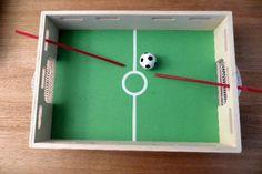 On peut copier ce chouette jeu de foot de table en utilisant une boîte à chaussures