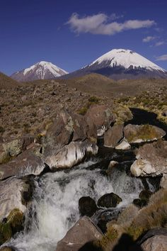 CHILE ----  Río Lauca y volcanes Parinacota (6.342 m) y Pomerape (6.282 m), también denominados Nevados de Payachata. Parque Nacional Lauca, Altiplano andino, Los Andes Norte Grande