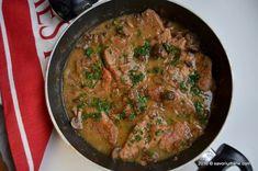 Piept de pui cu ciuperci si smantana la tigaie | Savori Urbane Pork Recipes, Pork Meals, Curry, Chicken, Ethnic Recipes, Travel, Wood, Pork, Food And Drinks