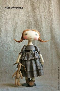 Кэти. Девочка выполнена из тонированного хлопка.  Личико расписано акрилом и пастелью.  Волосы - шерсть.  Куколка тонирована маслом.    Заяц из льна.  Тонирован маслом.  Ростиком 9 см.