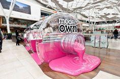 Une #BoutiqueEphémère lancée par #ModelsOwn sous forme de flacon de vernis géant, en plein milieu d'un centre commercial londonien !