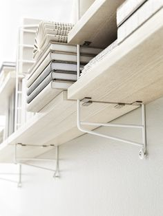 String pocket shelving system in ash / white