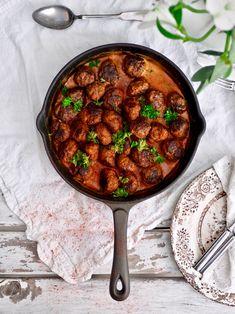 Mummun lihapullat ovat täydellistä sielunruokaa. Valmistus todella helppoa ja pikakastike viimeistelee maut. #lihapullat #mummunlihamullat #arkiruoka jayheliha #resepti Chana Masala, Curry, Food And Drink, Hamburgers, Ethnic Recipes, Curries, Burgers, Hamburger