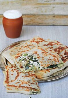 Gozleme & Turkish Spinach and Feta Flatbread Gozleme is a Turkish special flatbread with different kinds of filling. This is one of my favorite with spinach and Feta cheese. This is a wonderful flatbread t The post Gozleme Turkish Breakfast, Good Food, Yummy Food, Spinach And Cheese, Lunch Box Recipes, Middle Eastern Recipes, Middle Eastern Vegetarian Recipes, Middle Eastern Bread, Turkish Recipes