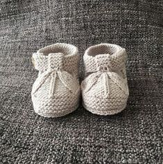Ideas que mejoran tu vida Knitted Baby Boots, Baby Booties Knitting Pattern, Knit Baby Shoes, Crochet Baby Sandals, Knit Baby Booties, Baby Knitting Patterns, Baby Patterns, Knitting For Kids, Baby Sweaters