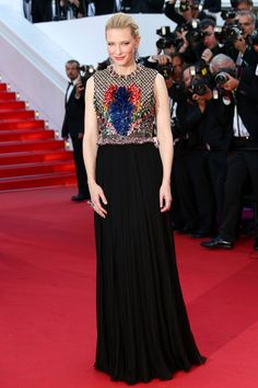 67 edición del Festival de Cannes. La estrella de la noche ha elegido para presentar la película de animación Cómo entrenar a tu dragón 2, uno de los preciosos vestidos de Riccardo Tisci para Givenchy. Es Cate Blanchett y ha detenido por un instante el tiempo en la Croisette.