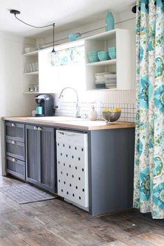 Kicsi Vintage konyha Fehér és agyag szürke kombinációval.