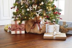 Cover that unsightly tree stand with a burlap cut and a festive holiday bow. Everyone will love your new Burlap Tree Skirt.