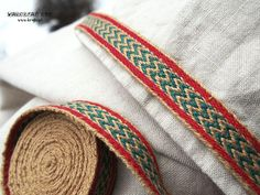 Hello ! Id like to present a tablet woven trim made from linen threads. It is a perfect addition to medieval and early medieval costume. The pattern is inspired by the Snartemo II find (Norway, 6th c.). Length: 2 m (6,56 ft) Width: 1,6 cm (0,63) Material: 100% linen You are buying