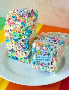I love anything involving rainbows, and couldn't resist trying out this recipe for Rainbow (Fruit Loop) Treats this St. Patrick's Day. Fruit Loop Treats, Fruit Loops Cereal, Rainbow Treats, Rainbow Bar, Rainbow Fruit, Party Treats, Party Snacks, Rainbow Smash Cakes, Microwave Peanut Brittle