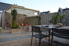 Loungehoek met verhoogde bakken en doek tegen zon. Tuinen | Gardens ★ Ontwerp | Design Mariette van Leeuwen