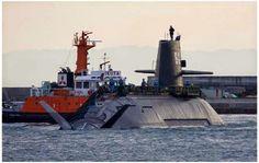 En ambas imágenes, dos proyectos separados por décadas, pero muy cercanos en cuanto a tamaño: el primer SSN, el USS Nautilus, atracado en Maryland y en la parte superior, el Soryu, de la incipiente Fuerza de Autodefensa Naval de Japón. Si el primero de los submarinos de propulsión nuclear desplazaba 4.090 tons. en inmersión para una eslora de 97,5 m. el novísimo modelo japonés alcanza las 4.200 tons. en inmersión para una eslora total de 84 m.