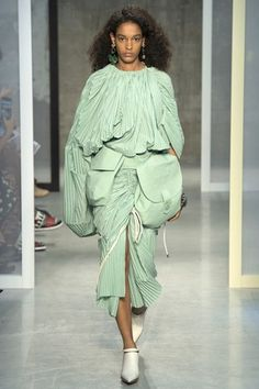 See all the Collection photos from Marni Spring/Summer 2017 Ready-To-Wear now on British Vogue Fashion 2017, Runway Fashion, Spring Fashion, High Fashion, Fashion Show, Womens Fashion, Fashion Trends, Milan Fashion, Fashion Business