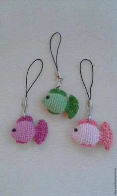 Boneca Molly- Amigurumi – Tricrochetando com a Jane [gallery ids= - Beliebteste Bilder Crochet fish, with photo tutorial and instructions in Russian These adorable forest friends work up fast and easy with this complete photo tutorial! Crochet Fish, Love Crochet, Crochet Animals, Crochet Crafts, Crochet Flowers, Crochet Toys, Crochet Projects, Knit Crochet, Crochet Keychain Pattern