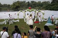 Longest wedding dress-world record set by Ling Rong