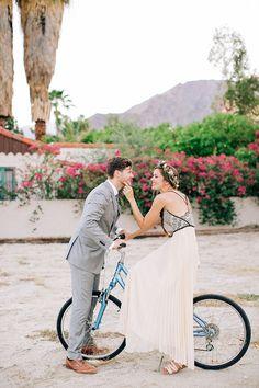 Uma noiva nada tradicional, uma decor DIY e muito estilo. Podemos pedir mais?    Confiram:http://bit.ly/ecletico    #casarei #casamento #wedding #noivos