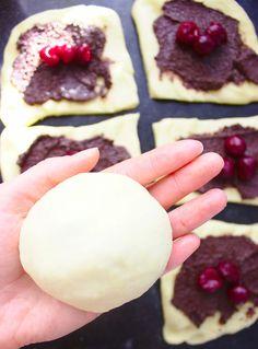 Bułeczki drożdżowe z wiśniami i czekoladą | Słodkie Gotowanie Plum, Sugar, Cookies, Fruit, Food, Cake, Crack Crackers, Biscuits, Essen