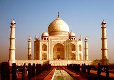 Taj Mahal (India) Esta increíble tumba fue construida con mármol blanco. Por las mañanas se ve de color rosa, por las tardes es color blanco y por las noches es dorado por el reflejo de la Luna. Es un complejo de edificios construido entre 1631 y 1654 en la ciudad de Agra, estado de Uttar Pradesh, India, a orillas del río Yamuna, por el emperador musulmán Shah Jahan de la dinastía mogola.