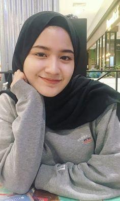 Casual Hijab Outfit, Ootd Hijab, Girl Hijab, Beautiful Bridal Makeup, Beautiful Hijab, Beautiful Asian Girls, Egyptian Actress, Cute Korean Boys, Indonesian Girls