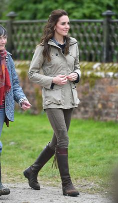- Photo - We love it when Kate Middleton wears jeans, workout gear, boots and even cowboy hats! Check out this photo gallery of the Duchess of Cambridge's best casual looks. Kate Middleton Kids, Style Kate Middleton, Kate Middleton Outfits, Princess Kate Middleton, Kate Wedding Dress, Kate Middleton Wedding Dress, Kate Dress, Duchesse Kate, Prinz William
